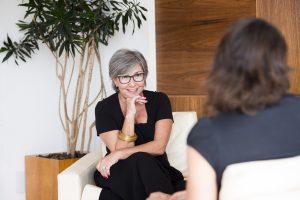 Denise Carpegiani aplicando o coaching de relacionamentos durante sessão