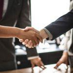 Duas pessoas apertando as mãos simbolizando o coaching de relacionamentos