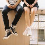 Dois jovens sentados em um muro simbolizando junior coaching
